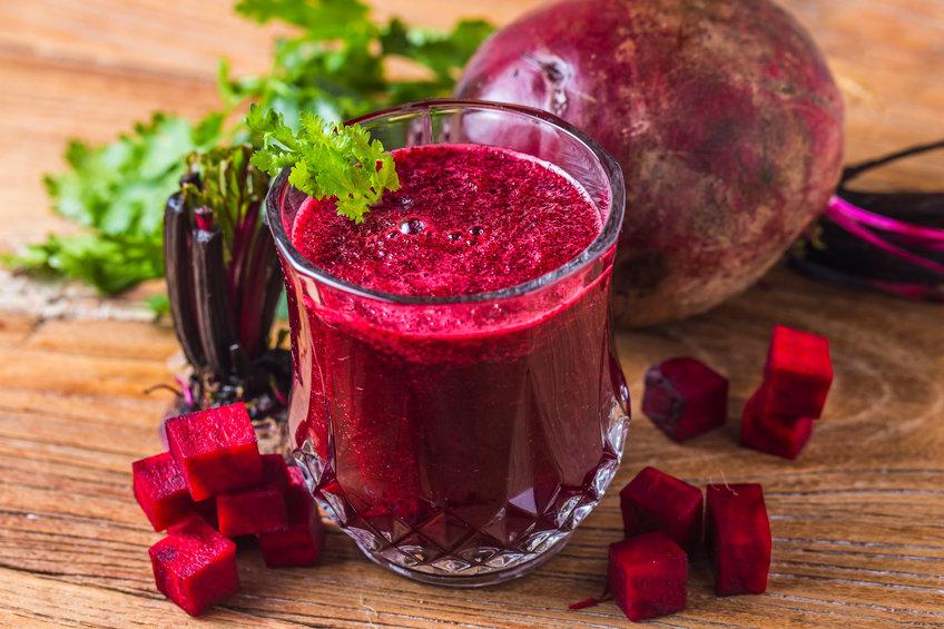 A cékla – és leve – valóban szuperkaja: ez a sötétlila ital tömve van antioxidánsokkal és nitrátokkal. Kortyolgatása számos előnnyel jár, melyek közül a tápláló anyagok bevitele és a vérnyomás szabályozása ugrik ki a leginkább. Magunk is kifacsarhatjuk a nedűt, de a palackozott verzió ugyanígy beépül, illetve maga a zöldség más formában szintén fogyasztható – a tányérunkra is több módon kerülhet. Leginkább a májunkat és a vérkeringésünket támogatjuk a cékla jóvoltából: méregtelenítés és az állóképesség növelése, illetve rengeteg energia is nyerhető általa. Nitrát-tartalma a vérünkben a nitrogén-monoxid termelését mozdítja elő, ami a vérkeringés minőségét javítja. Az olyan létfontosságú szervek működését segíti ez a szervetlen vegyület, mint a szív és az agy, de az izmok is innen nyernek erőt. Sok sportoló edzés előtt hörpint a gyökérzöldség levéből, hogy jobb teljesítményt nyújtson. Ugyanez a színtelen gáz felel az erek tágulásáért, így a vérkeringés és -nyomás is jó kezekben van nála. A magas vérnyomásra hajlamosaknak érdemes rendszeresen céklalevet inniuk, illetve orvosával egyeztetve annak is, aki már gyógyszert szed. Elfogyasztása után az ital nagyjából hat óra után viszi le a vérnyomást.